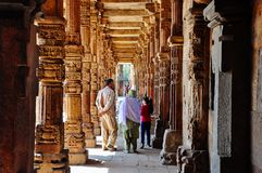 Uma família anda com Qutab Minar perto de Deli, Índia imagens de stock