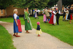 Uma família com um pessoa pequeno do relógio da menina dança Fotografia de Stock Royalty Free