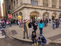 Uma família do Latino do ativista no ` s março das mulheres em Chicago, EUA fotografia de stock royalty free