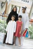 Uma família do Oriente Médio em uma alameda de compra foto de stock