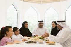 Uma família do Oriente Médio que aprecia foto de stock
