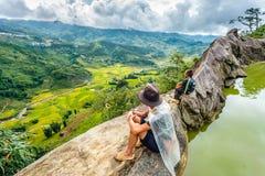 Uma família dos povos pretos da minoria étnica de H'mong senta-se no monte em Sapa, Vietname o 14 de setembro de 2016 Fotos de Stock