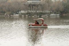 Uma família em um barco engraçado Fotografia de Stock Royalty Free