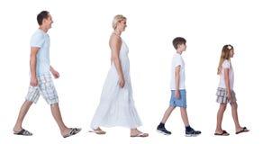 Uma família feliz com as duas crianças que andam em uma linha Fotos de Stock Royalty Free
