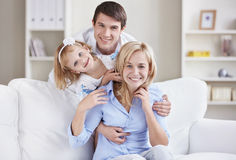 Uma família feliz em casa Foto de Stock