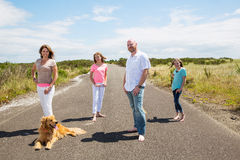 Uma família feliz em uma estrada secundária quieta Fotografia de Stock
