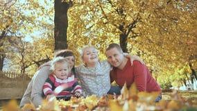 Uma família feliz está abraçando no tempo ensolarado do outono video estoque