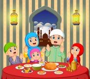 Uma família feliz está rezando antes de comer em sua casa com vista bonita da janela ilustração royalty free
