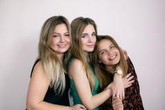 Uma família feliz Mamã e duas filhas Foto de família fotos de stock