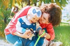 Uma família feliz Mamã e filha dos anos de idade que joga na rua Imagens de Stock