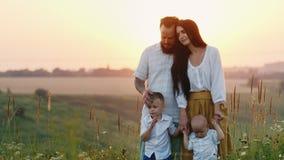 Uma família nova dos fazendeiros junto com suas crianças examina suas terras e aprecia a beleza e o unlimitedness de filme