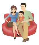 Uma família que senta-se em um sofá Imagens de Stock Royalty Free