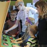 Uma família que tem o divertimento no museu do ` s das crianças da descoberta imagens de stock royalty free
