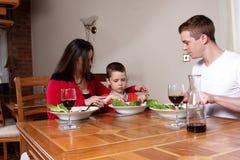 Uma família que tem uma refeição Imagens de Stock Royalty Free