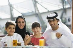 Uma família do Oriente Médio que aprecia uma refeição Fotos de Stock Royalty Free