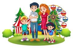 Uma família no parque de diversões Foto de Stock Royalty Free
