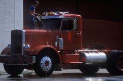 Uma família que lava um caminhão ao leste de San Francisco, Califórnia Imagens de Stock Royalty Free