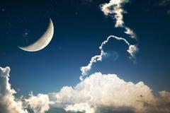 Uma fantasia do cloudscape do céu noturno com estrelas e de uma lua crescente coberta imagem de stock royalty free