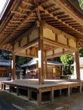 Uma fase do kagura na frente de um santuário xintoísmo, Japão Fotografia de Stock Royalty Free