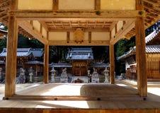 Uma fase do kagura na frente de um santuário xintoísmo, Japão Imagens de Stock Royalty Free