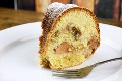 Uma fatia de bolo de Apple Bundt Fotos de Stock Royalty Free