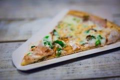 Uma fatia de close-up da pizza, enchimento apetitoso da pizza, queijo fotos de stock royalty free