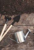 Uma ferramenta de jardim, uma pá, um ancinho, uma lata molhando, uma cubeta, tabela Fotos de Stock