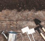 Uma ferramenta de jardim, uma pá, um ancinho, uma lata molhando, uma cubeta, tabela Foto de Stock