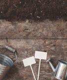 Uma ferramenta de jardim, uma pá, um ancinho, uma lata molhando, uma cubeta, tabela Foto de Stock Royalty Free