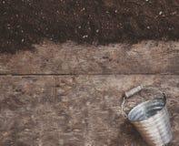 Uma ferramenta de jardim, uma pá, um ancinho, uma lata molhando, uma cubeta, tabela Imagens de Stock Royalty Free