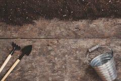 Uma ferramenta de jardim, uma pá, um ancinho, uma lata molhando, uma cubeta, tabela Imagem de Stock Royalty Free
