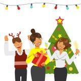 Uma festa de Natal no escritório Local de trabalho decorado do escritório Equipe do escritório que tem um feriado com música e da fotos de stock royalty free