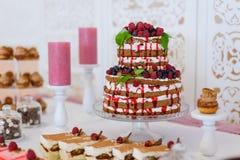 Uma festa dos bolos serviu no bufete As sobremesas doces com bagas e fruto serviram no bufete Bolo de casamento do fruto imagem de stock