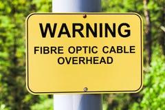 Uma fibra de advertência - sinal aéreo do cabo ótico fotos de stock