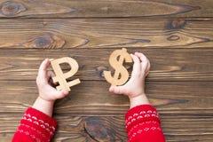 Uma figura do rublo e do dólar feita da madeira Imagens de Stock