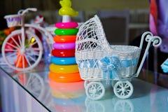 Uma figura pequena de um fim do carrinho de criança da guarda-joias acima Brinquedo para o carrinho de criança do rosa da decoraç foto de stock