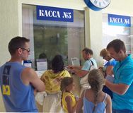 Uma fila nas bilheteiras railway da estação de Lazarevskoye fotografia de stock