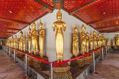 Uma fileira da estátua dourada de buddha no wat Pho, Banguecoque, Tailândia Imagem de Stock Royalty Free