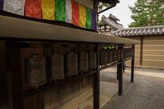 Uma fileira da oração roda dentro o templo de Kodaiji Imagens de Stock