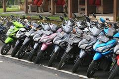 Uma fileira das bicicletas motorizadas em Bali Fotos de Stock Royalty Free