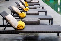 Uma fileira das camas, dos termas com descanso e da toalha em exterior Fotografia de Stock