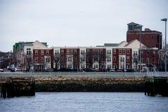 Uma fileira das casas na margem de Boston fotografia de stock royalty free