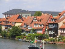 Uma fileira das casas no beira-rio em Bamberga imagens de stock