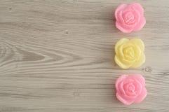 Uma fileira das velas na forma das rosas Fotos de Stock Royalty Free