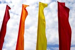 Uma fileira de bandeiras coloridas no fundo do céu nebuloso Fotos de Stock Royalty Free