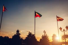 Uma fileira de bandeiras do voo das nações no fundo do céu do por do sol Bandeiras de países diferentes Imagem de Stock