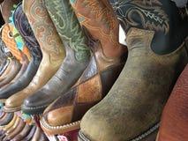 Uma fileira de botas de vaqueiro fotos de stock royalty free