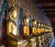 Uma fileira de Budas assentadas no templo de Wat Arun em Banguecoque, tailandês foto de stock royalty free