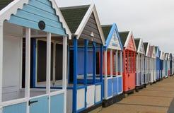 Uma fileira de cabanas coloridas da praia Imagem de Stock