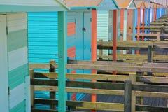 Uma fileira de cabanas de madeira coloridas ao longo da frente marítima em Whitstable, Reino Unido Fotografia de Stock Royalty Free
